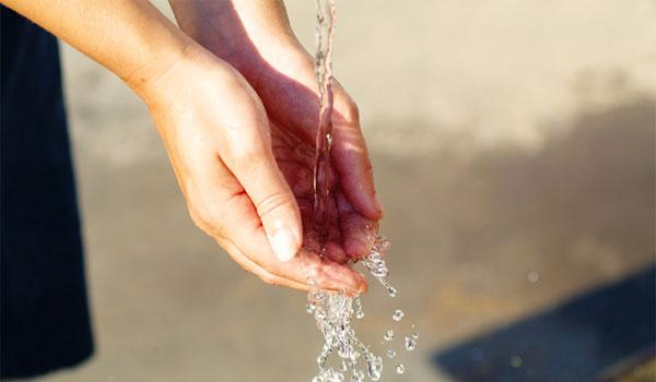 手を水洗い